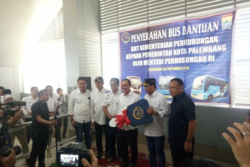 Wali Kota Palembang, Harnojoyo menerima bantuan 10 unit BRT dari Menteri Perhubungan RI, Budi Karya Sumadi, Minggu (29/9) (Antara)