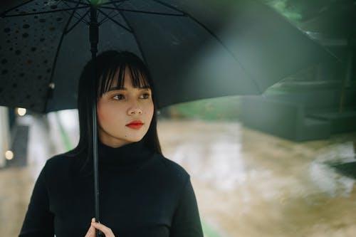 Model baju turtle neck, cocok untuk musim hujan. Foto: Pexels