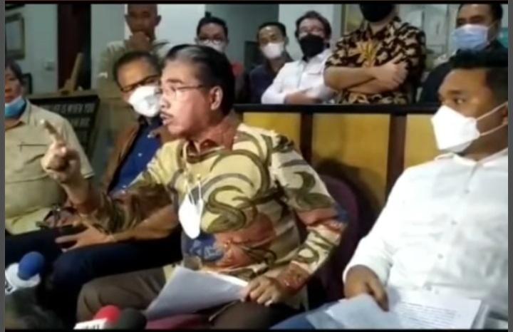 Pengacara Hotma Sitompoel dalam konferensi pers di kantornya, Selasa (6/4), Foto: Instagram/hotmasitmpoel