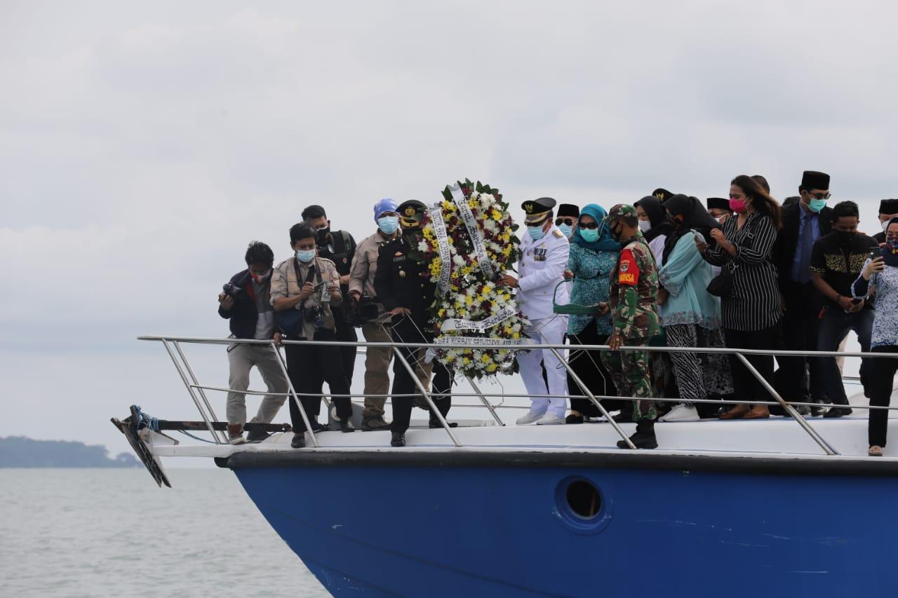 Duka Mendalam Bupati Kepulauan Seribu Saat Tabur Bunga SJ 182