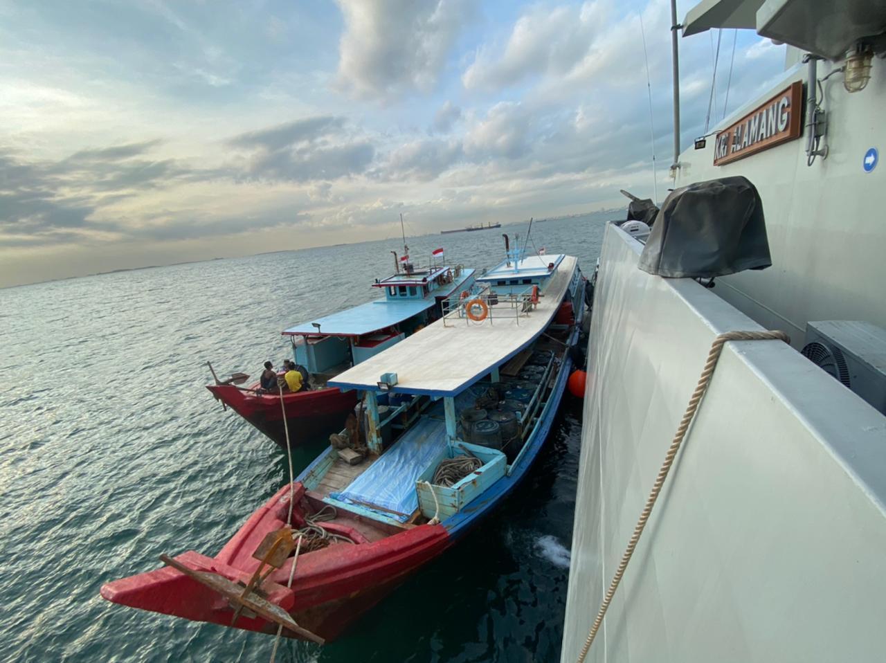 TNI AL Gagalkan 2 Kapal Minyak Ilegal di Selat Singapura. Foto: puspentni