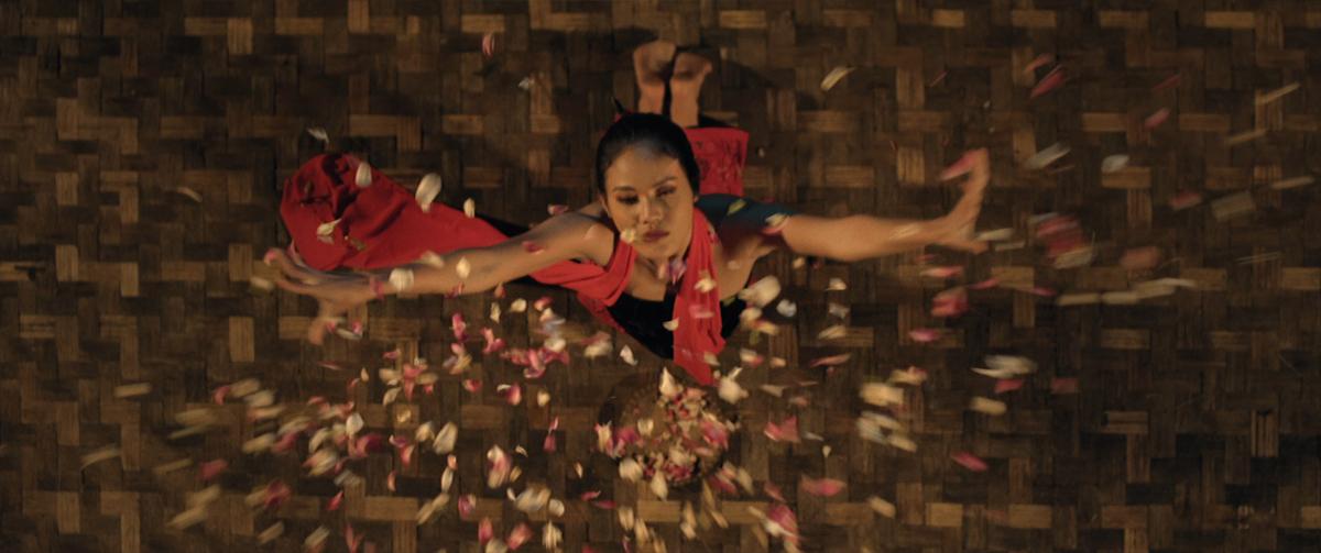 Della Dartyan saat berperan sebagai seorang penari Lengger (Foto: Visinema Pictures)