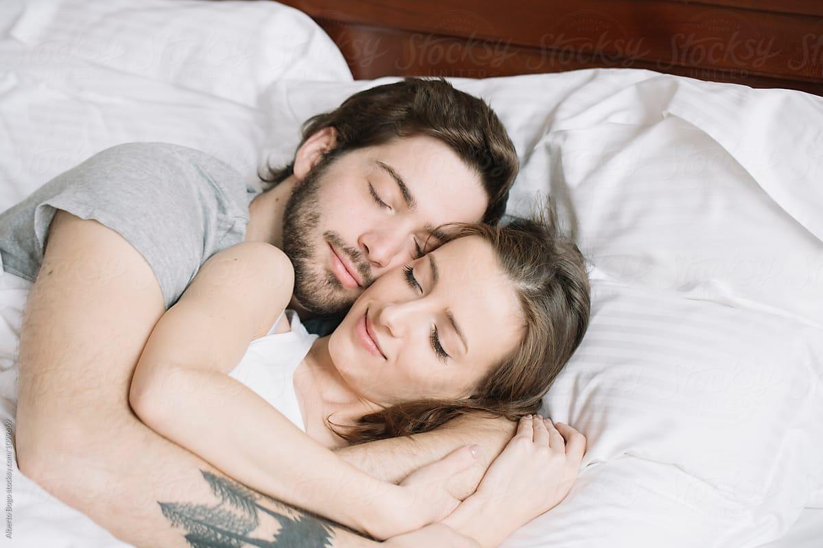 Pasangan berpelukan. Foto: Pinterest