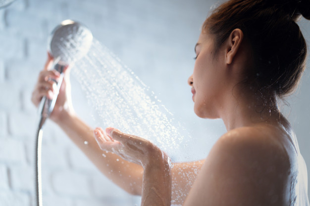 Ilustrasi wanita mandi. Foto: Freepik