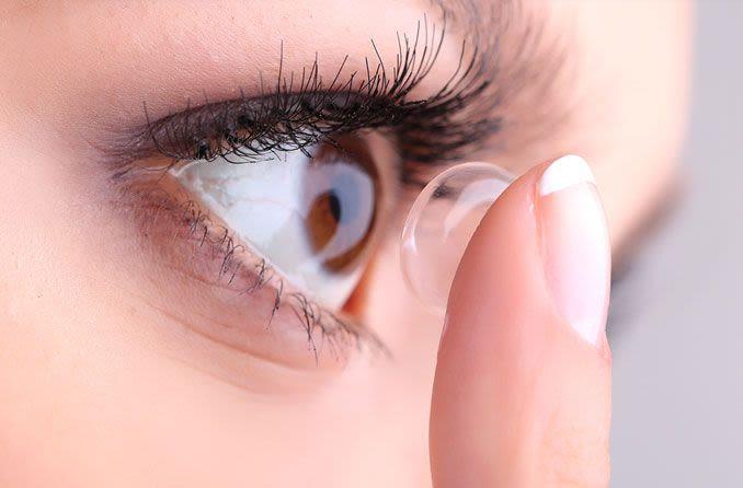 Ilustrasi pemakaian lensa kontak: Foto: All about vision