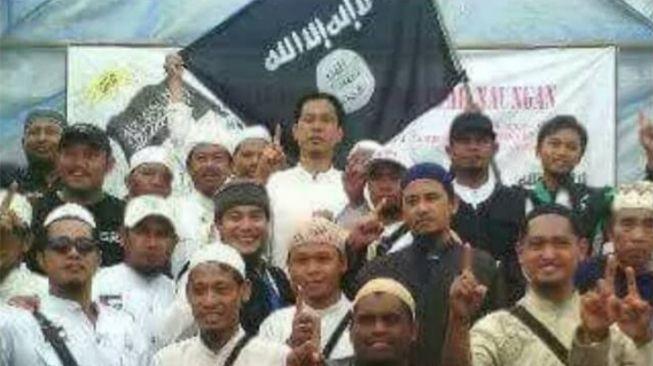 Politisi Partai Solidariras Indonesia (PSI), Husin Alwi Shihab bongkar foto Munarman denngan bendera ISIS. Foto: twitter Husin Alwi Shihab