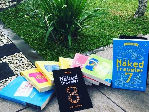 Buku The Naked Traveler seluruh edisi. (sumber: SC IG @madeandi)