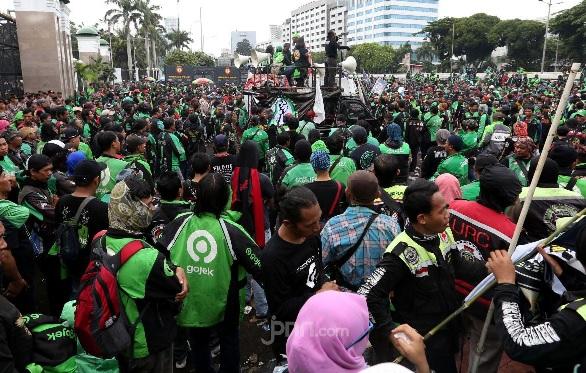 Massa pengemudi ojek online menggelar aksi unjuk rasa di depan Gedung DPR, Jakarta, Jumat (28/2). (Foto: Ricardo/JPNN.com)