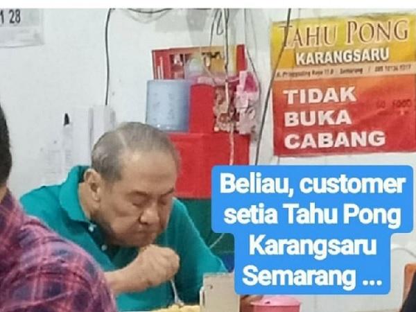 Orang terkaya di Indonesia Michael Bambang Hartono makan tahu pong Karangsaru. (Foto: Twitter/@ayudh69)