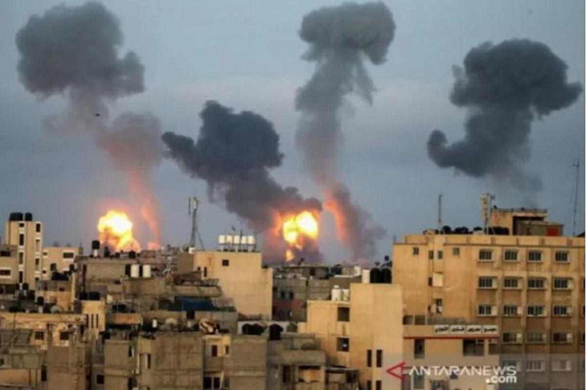 Api dan asap membubung selama serangan udara Israel di tengah maraknya kekerasan Israel-Palestina, di Jalur Gaza selatan (11/5/2021). (FOTO: ANTARA /REUTERS)
