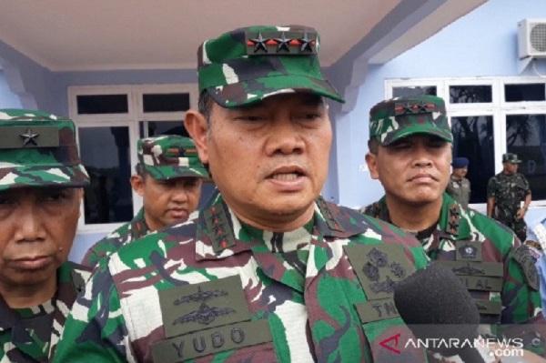 Panglima Komando Gabungan Wilayah Pertahanan I (Pangkogabwilhan I) Laksamana Madya TNI Yudo Margono, saat memberikan keterangan pers di Lanud Raden Sadjad, Sabtu (4/1). (Foto: ANTARA/Cherman)