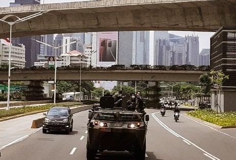 Heboh! Wanita Baju Kotak-Kotak Naik Panser TNI di Markas FPI (Foto: Andri Bagus Syaeful/GenPI.co)