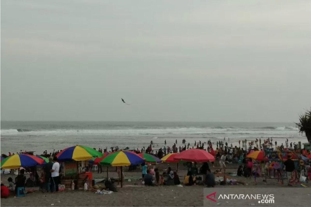 Ilustrasi - Ribuan wisatawan padati Pantai Parangtritis.