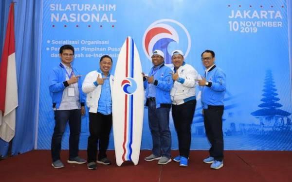 Ketua Umum Gelora Anis Matta (jaket putih memegang papan surfing) bersama sejumlah pengurus parpolnya. Foto: Twitter/partaigeloraid