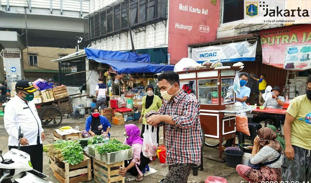 Pedagang Pasar Kebayoran Lama Jakarta Serempak Pakai Masker. Foto: SUDIN KOMUNIKASI, INFORMATIKA DAN STATISTIK JAKARTA SELATAN
