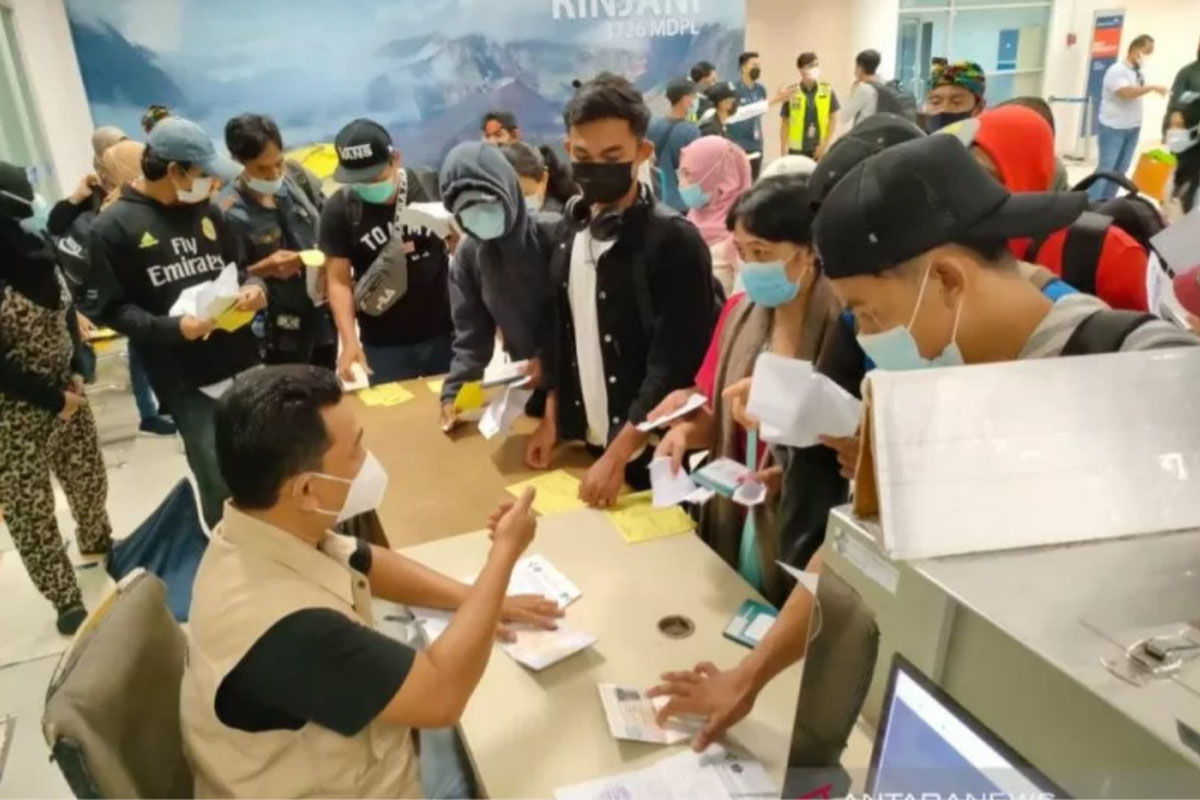 Sejumlah Pekerja Migran Indonesia (PMI) asal Nusa Tenggara Barat (NTB) yang baru tiba di Bandara Internasional Zainuddin Abdul Madjid (BIZAM) Lombok sedang menjalani pemeriksaan oleh petugas. (FOTO: ANTARA/Disnakertrans NTB/dok).