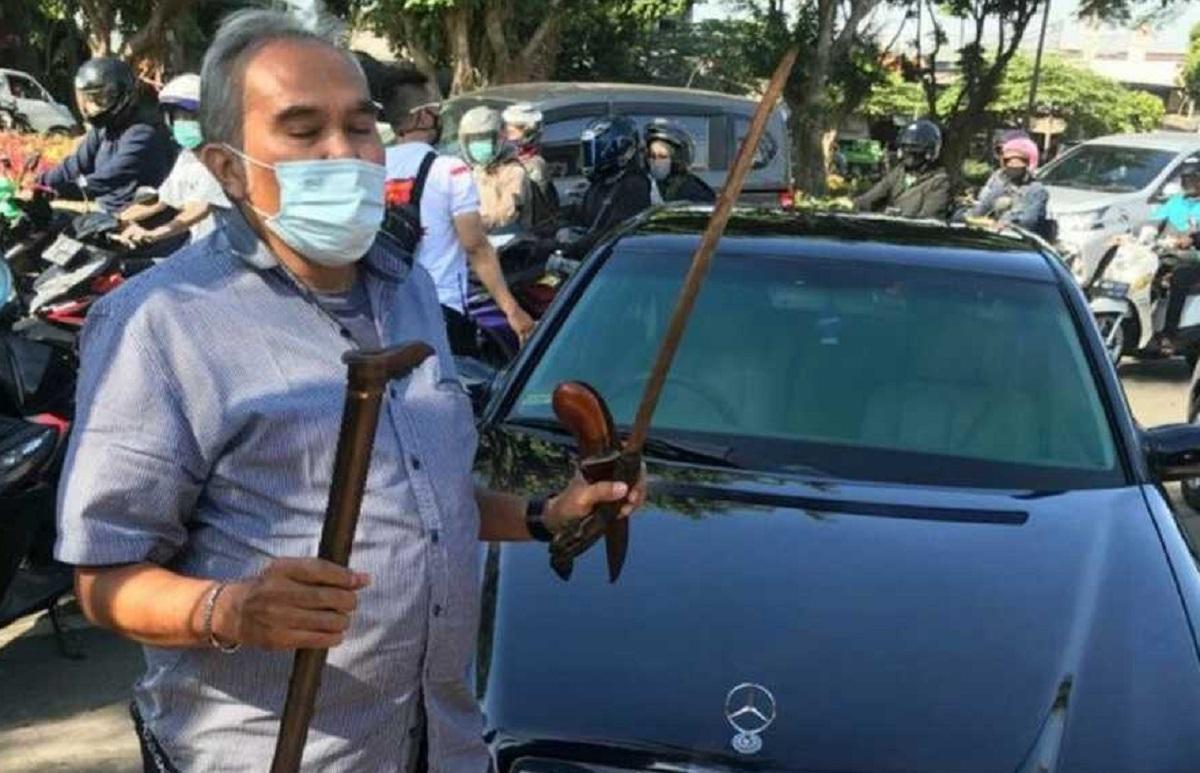 Satreskrim Polres Metro Jakarta Timur mengamankan seorang pria AS, sopir Pengacara Habib Rizieq Syihab, Alamsyah Hanafiah, karena membawa senjata tajam di mobil.(Foto: Polres Metro Jakarta Timur)