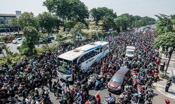 Rombongan Persebaya U-20 disambut ribuan Bonek dan Bonita di Surabaya. (Foto: GenPI.co/Instagram/officialpersebaya)