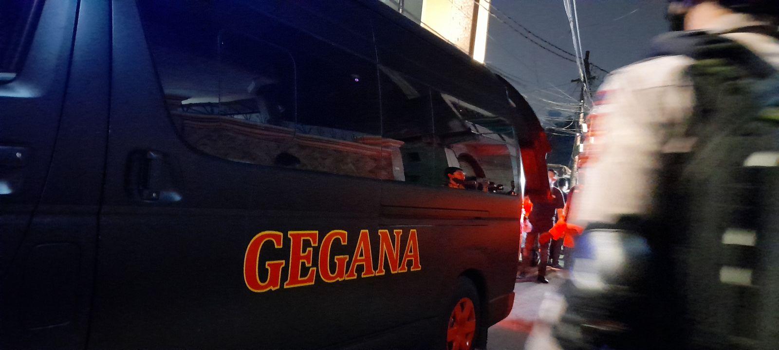 Tim Gegana Amankan 4 Kaleng Bubuk Mencurigakan dari Kantor Eks FPI. Foto: Andri Bagus/GenPI.co