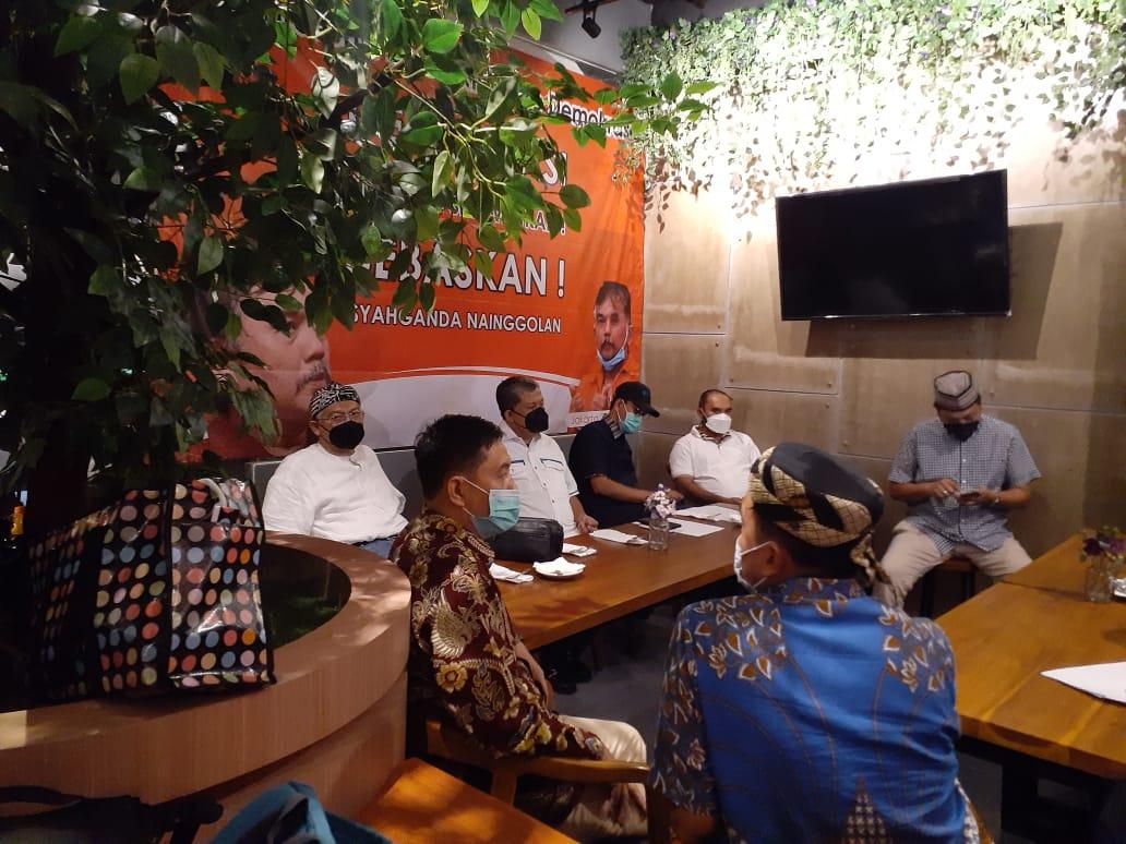 Aktivis Pro-Demokrasi menandatangani petisi bertajuk Demokrasi Harus Diselamatkan bebaskan Syahganda Cs di Jakarta Selatan. Senin (26/4). Foto: Langgeng/GenPI.co