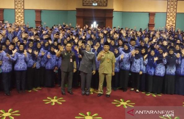 Bupati Bogor, Ade Yasin saat foto bersama dengan PNS Kabupaten Bogor yang baru dilantik, Senin (27/1/2020). (Foto: ANTARA/M Fikri Setiawan)