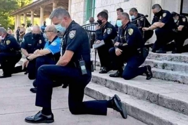 Polisi Amerika Berlutut di Hadapan Massa