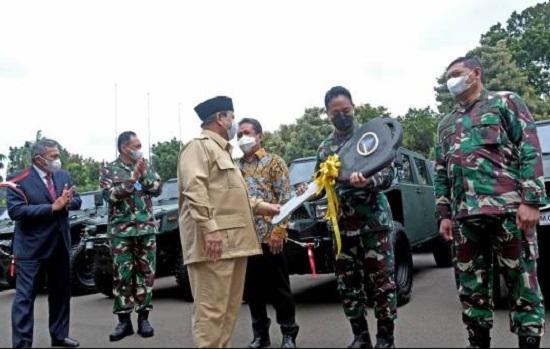 Prabowo Subianto Bikin Jenderal Andika Perkasa Menganggut (Foto: Dok. PT.Pindad)