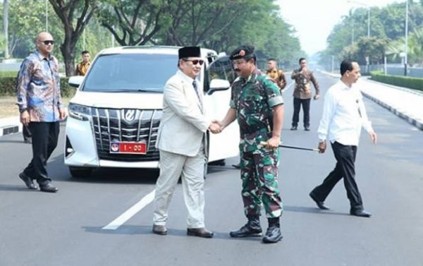 Menhan Prabowo Subianto disambut Panglima TNI (Foto: JPNN)