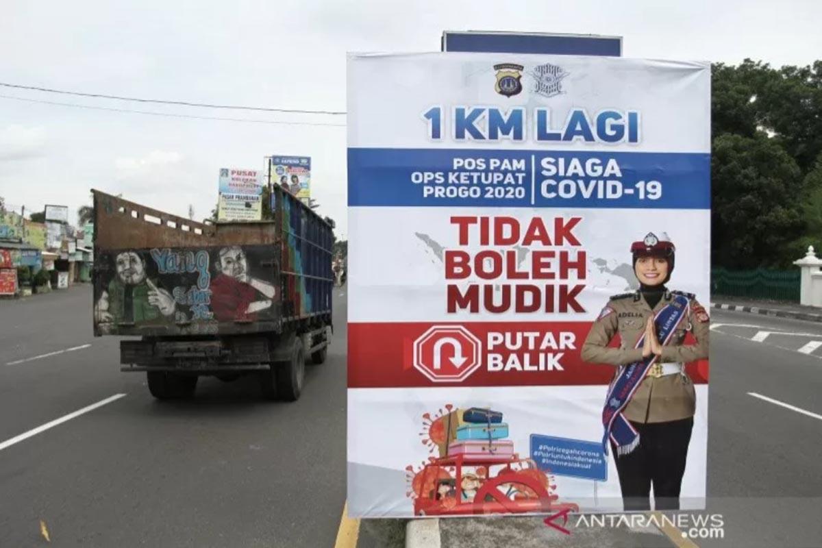 Ilustrasi - Sejumlah kendaraan melintas di perbatasan wilayah Daerah Istimewa Yogyakarta (DIY) Jawa Tengah di Prambanan, Sleman pada Selasa (28/4).
