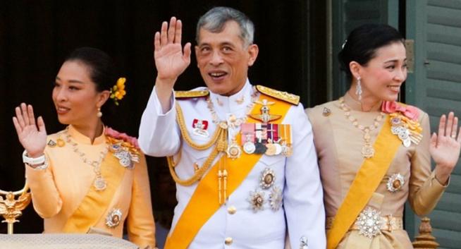 Raja Thailand Maha Vajiralongkorn, Ratu Suthida dan Putri Bajrakitiyabha berada di balkon Suddhaisavarya Prasad Hall di Grand Palace. REUTERS/JORGE SILVA)
