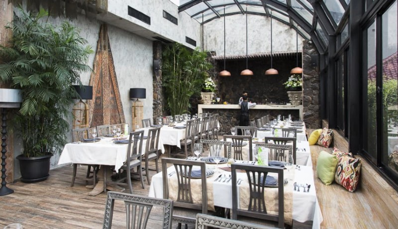 Suasana Restoran bunga rampai (sumber : manual.co.id )