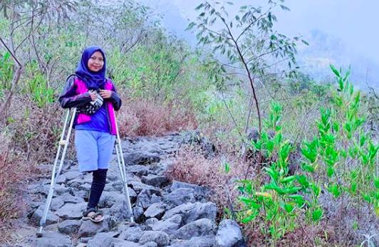 Arrohma Sukma Berhasil Taklukkan Gunung dengan Satu Kaki. Foto: IG @arrohmasukmapmd