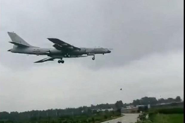 Pesawat pembom H-6N China terlihat membawa rudal pembunuh misterius. Foto/Twitter @RupprechtDeino
