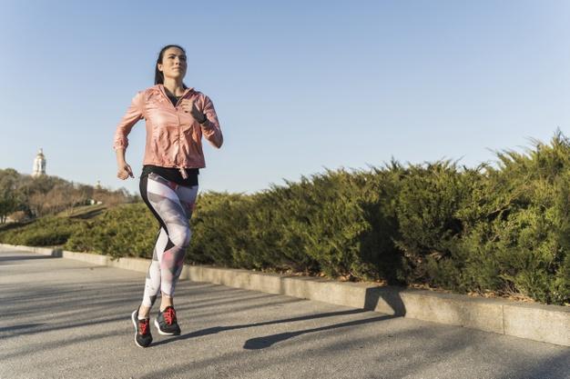 Lari Pakai Jaket Berisiko Terhadap Kesehatan. Foto: Freepik