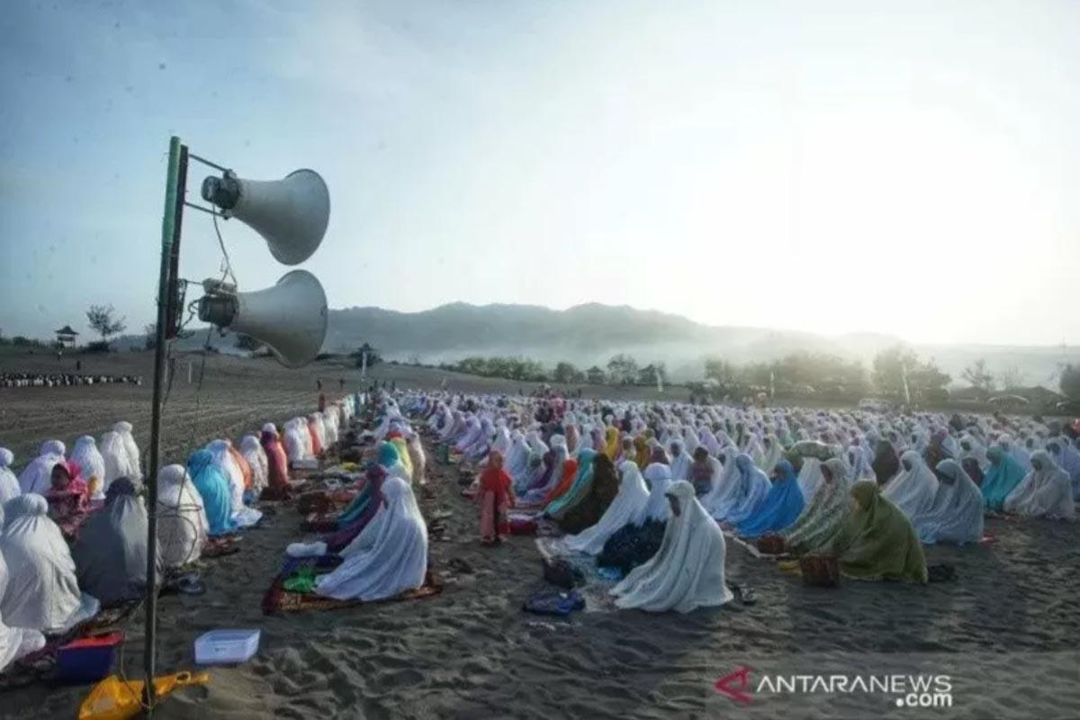 Ilustrasi - Umat Muslim melaksanakan salat Idul Adha di Lapangan Gumuk Parangkusomo, Bantul, Minggu (11/8/2019).