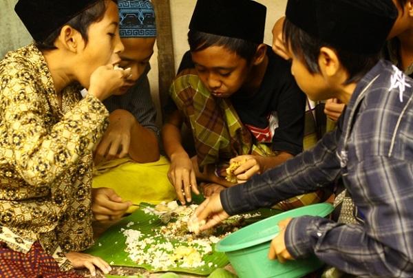 Santri di Pondokan Balapan Makan (Foto: Istimewa/GenPI.co)