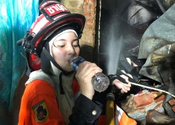Melongo! Cewek Secantik Bidadari jadi Petugas Pemadam Kebakaran
