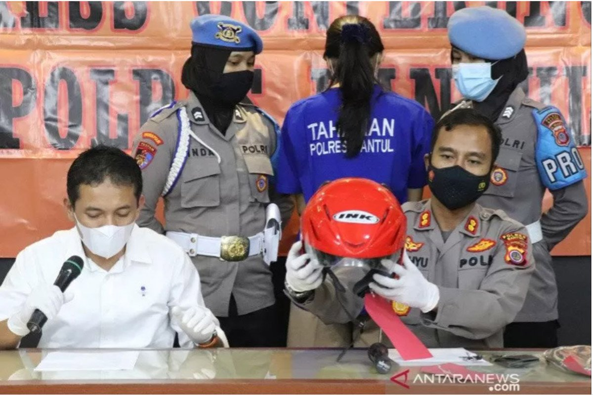 """Konferensi pers pengungkapan kasus satai beracun yang mengakibatkan seorang anak pengemudi ojek """"online"""" di Bantul tewas. (FOTO : ANTARA)"""