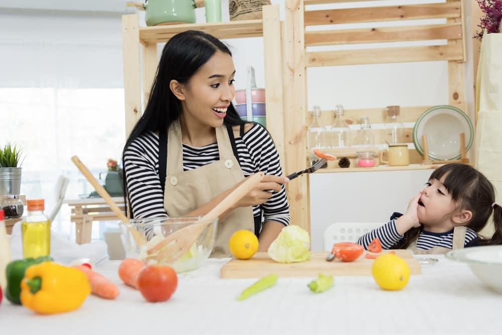 Ilustrasi anak enggak mau makan sayur. Foto: Shutterstock