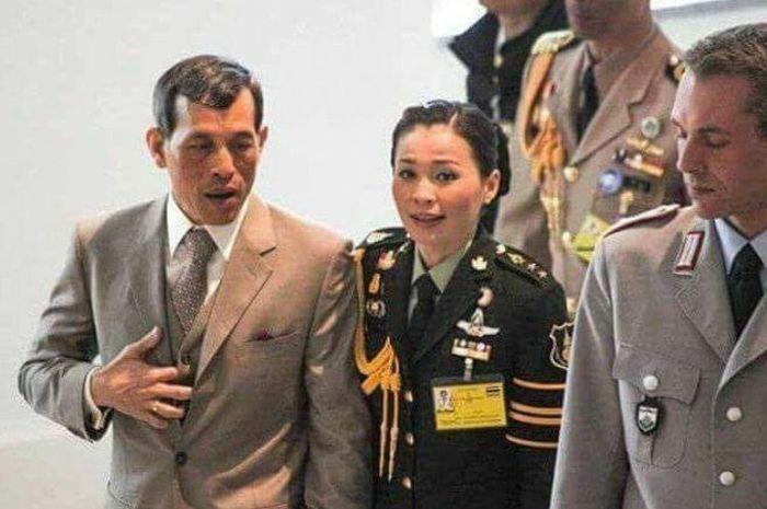 Raja Thailand bersama selir barunya. Foto: SCMP