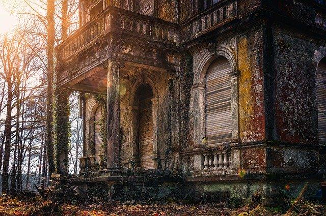 Asyik Nongkrong di Rumah Tua, Ternyata Ada Penghuni Tak Kasatmata. Foto: Pixabay
