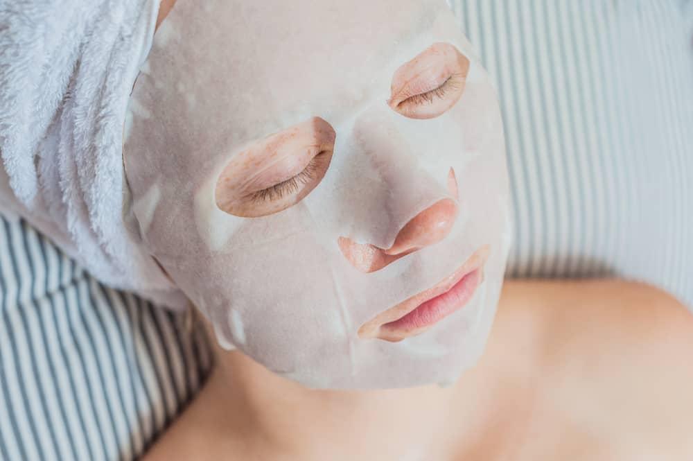 Tips dan Trik Pakai Sheet Mask untuk Hasil yang Maksimal. Foto: Hellosehat