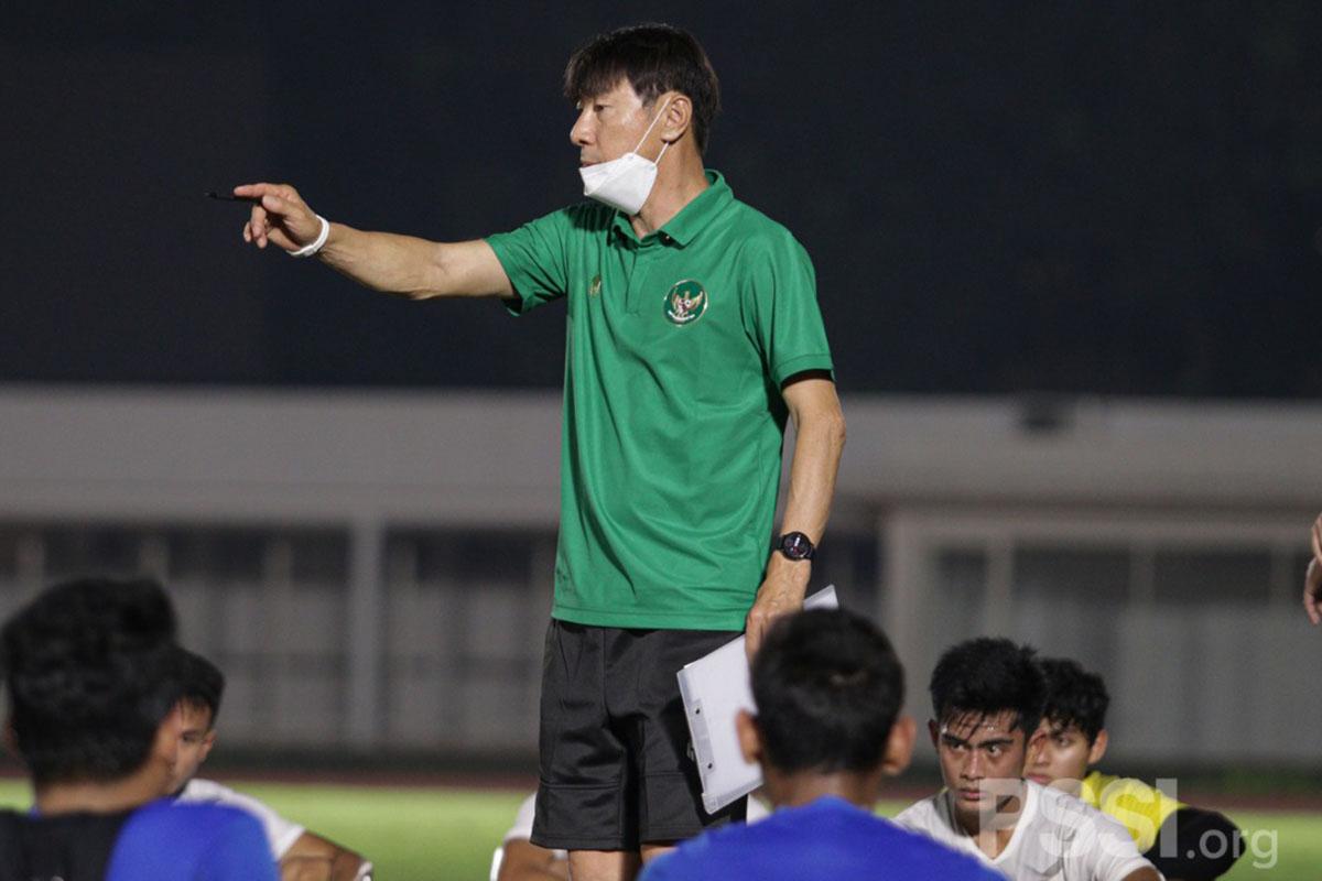 Pelatih Timnas Shin Tae-yong saat memberikan arahan kepada anak-anak asuhannya. (FOTO: PSSI.ORG)