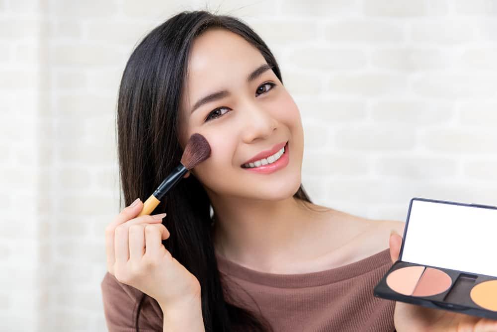 Tips Pakai Makeup yang Tepat untuk Kulit Kering agar Tahan Lama