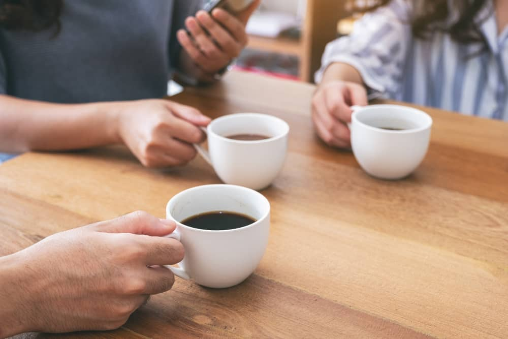Ilustrasi minum kopi dan minuman bernergi bersamaan. Foto:L