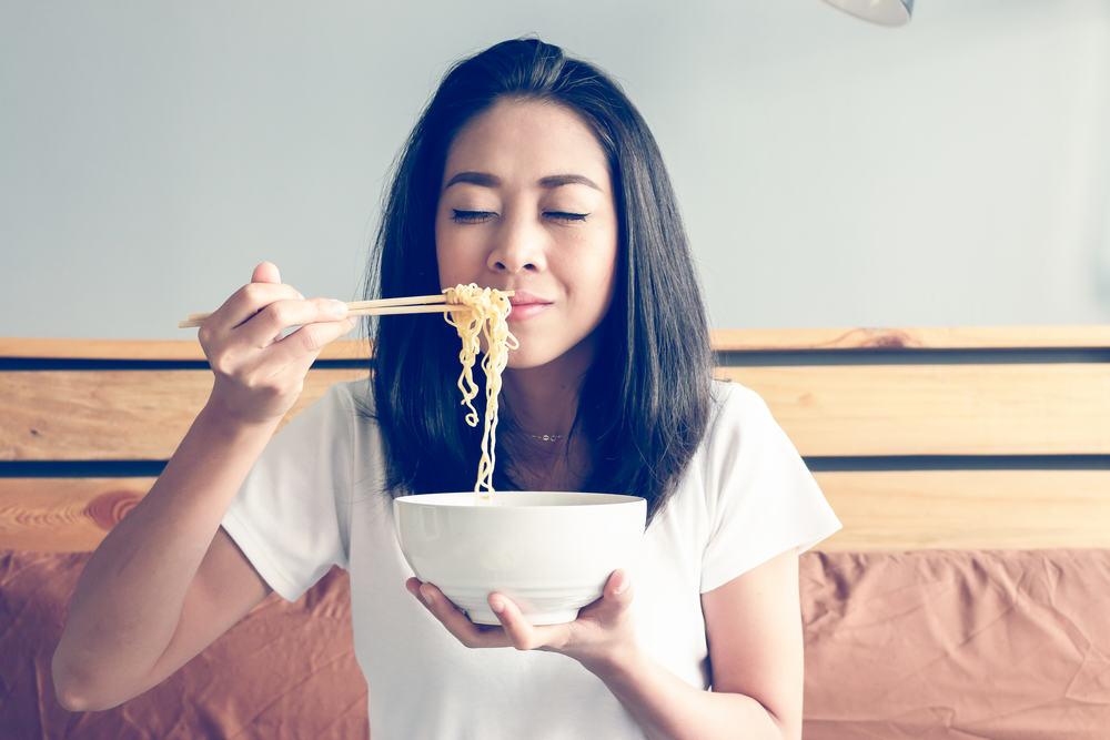 Ilustrasi makan mi instan. Foto: Shutterstock
