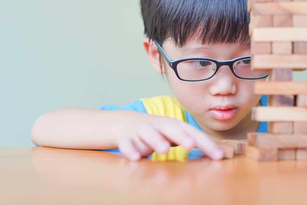 Bunda, 4 Tanda Ini Menunjukkan Anak Perlu Memakai Kacamata. Foto: Shutterstock
