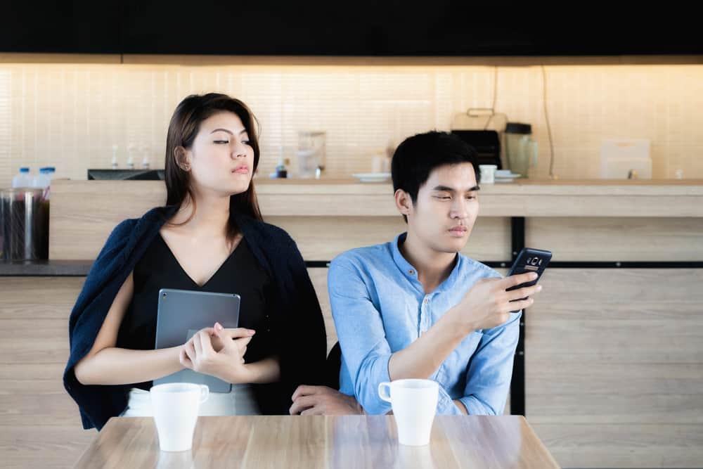 Ini 6 Tanda Pasangan Anda Seorang Pria Hidung Belang. Foto: Hellosehat