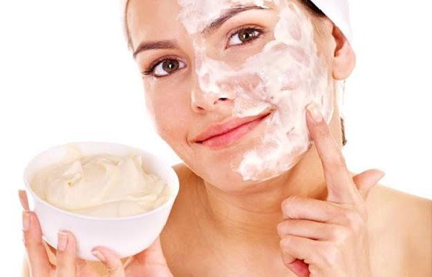 Ilustrasi wanita memakai skin care. Foto: Pop sugar