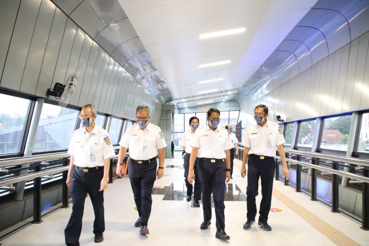 Direksi PT KAI dan Komisaris meninjau di area Skybridge Stasiun Bandung. Foto: Humas KAI Daop 2